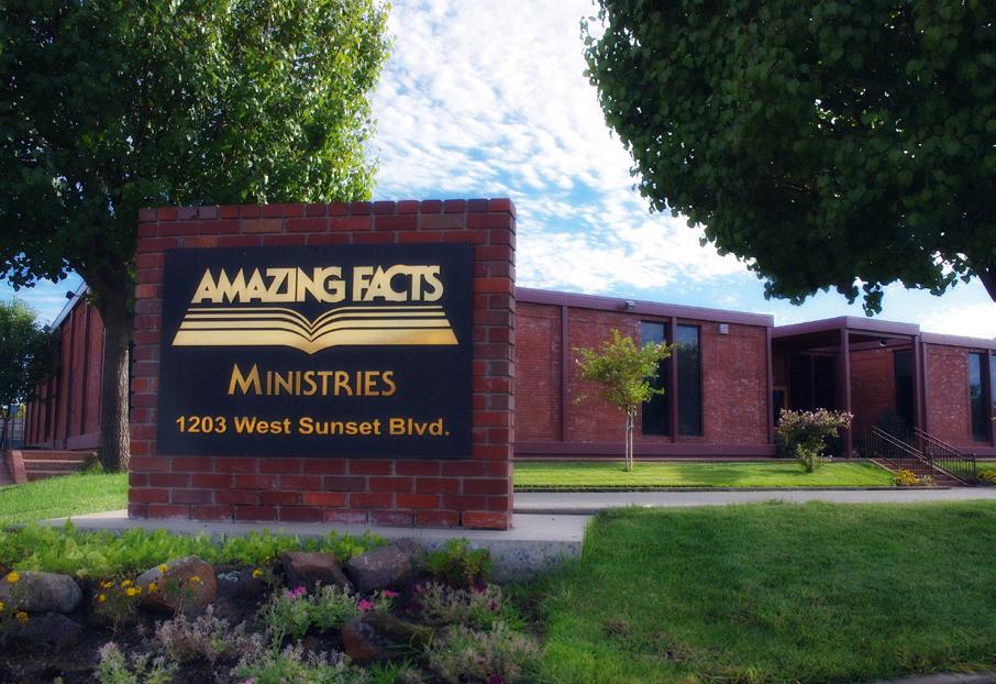 """Dnes je Doug mluvčí a ředitel televizní stanice a mediálního misijního podniku """"Amazing Facts"""" (překlad: Úžasné zprávy) v kalifornském Sacramentu."""
