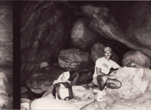 """Několik let později, po dramatické změně svého života se Doug vrátil do """"své"""" jeskyně."""