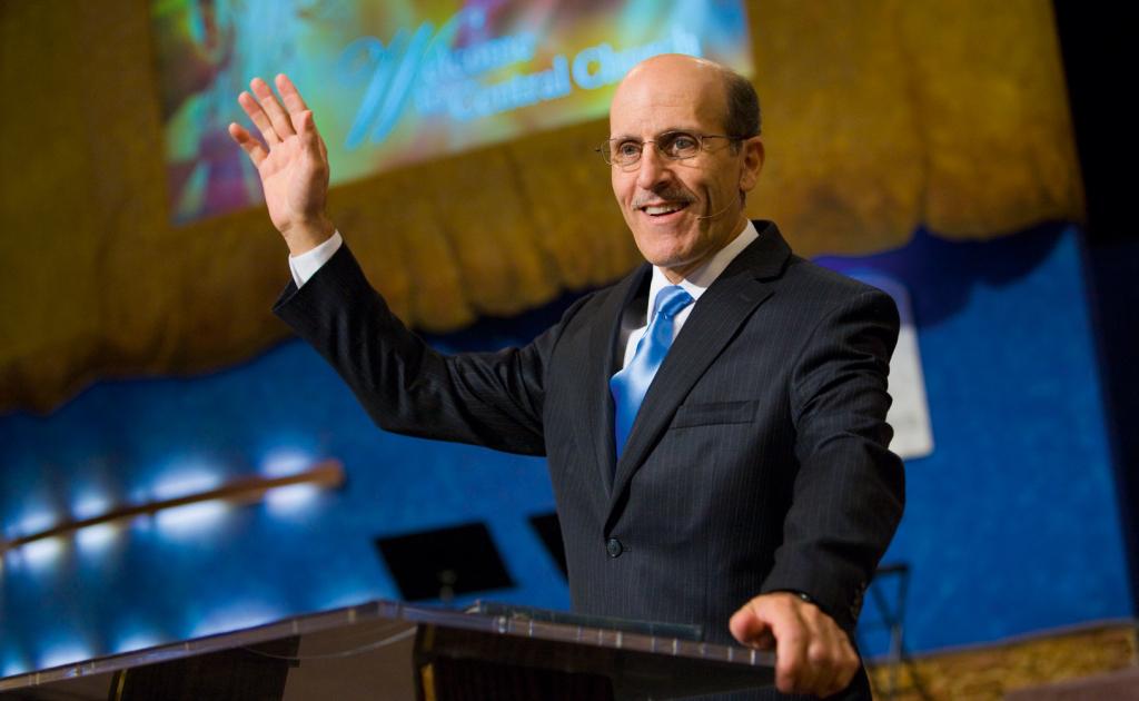 Jeho přednášky jsou často přenášeny přes satelit do mnoha částí světa. Sledovanost je v řádech milionů.