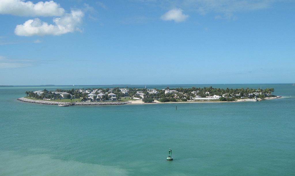 Dougův otec žil na Floridě na exkluzivním ostrově podobném tomu, který je zde vyobrazen.