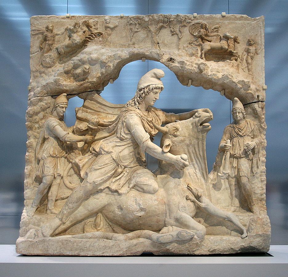 Íránský bůh slunce Mithra zabíjí býka. Tato scéna je zmíněna v zoroastrickém textu, kde říká, že obětováním býka Hudayos a snědením jeho těla je jediným způsobem, jak porazit zlého Ahrimana. Kver býka představuje oheň. Hermitage Museum, Petrohrad.