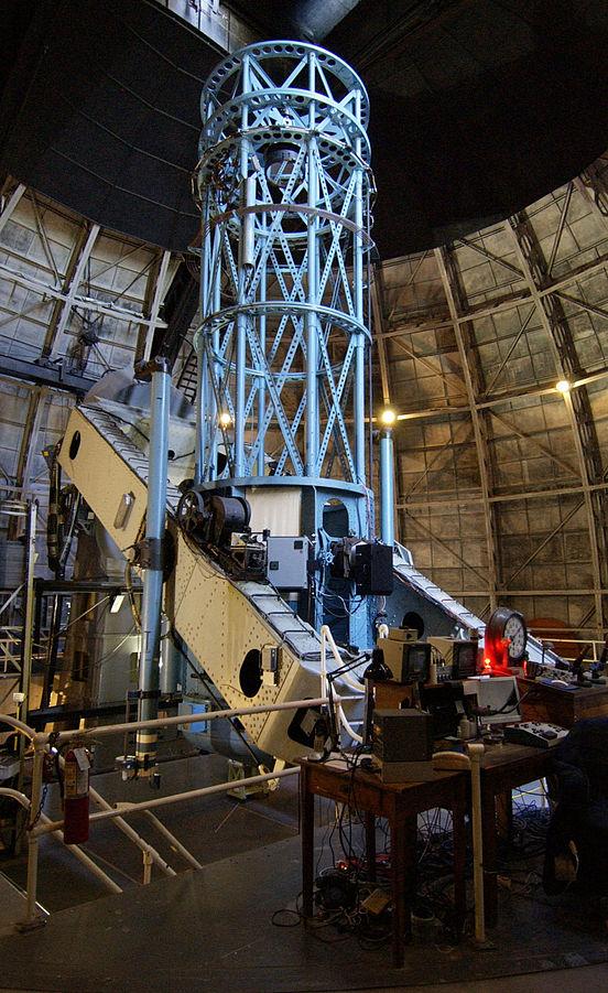Toto je 100 palcový (2,5 m) Hookerův dalekohled v observatoři Mount Wilson v Kalifornii na severním okraji metropolitní oblasti Los Angeles. Byl uveden do provozu v roce 1917. Ve své době šlo o největší teleskop na světě. Edwin Hubble jej používal ke zjištění, že některé mlhoviny jsou ve skutečnosti galaxie mimo naši Mléčnou dráhu.