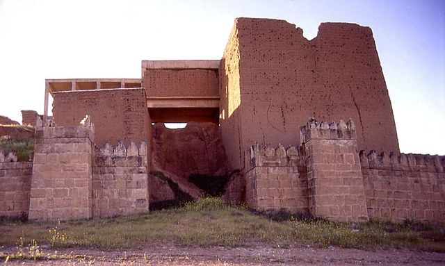 Ninive - Brána Adad - By Fredarch (talk) - http://en.wikipedia.org/wiki/Image:Nineveh_Adad_gate_exterior_entrance_far2.JPG, CC BY-SA 3.0, https://commons.wikimedia.org/w/index.php?curid=4305934