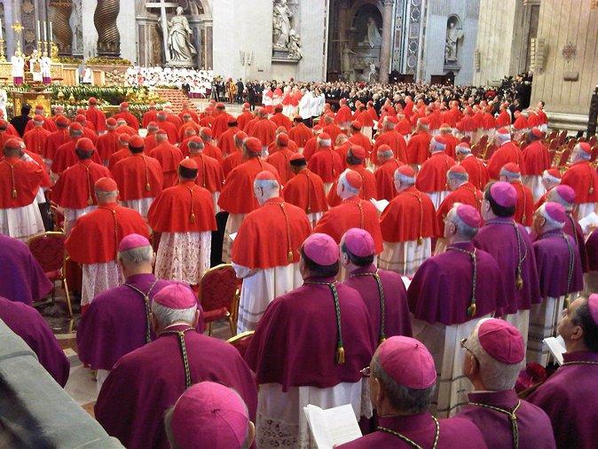 Katoličtí kardinálové v purpurových a šarlatových barvách.